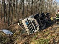 Na snímke je prevrátený kamión mimo cesty, ktorý prevážal drevo neďaleko obce Bátka v Rimavskosobotskom okrese