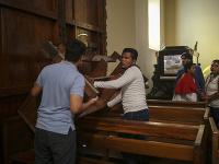 Miništranti a farníci zabarikádovali  jeden z vchodov do kostola