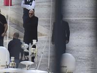 Maltský podnikateľ Yorgen Fenech prevádzaný políciou pri prehľadávaní jeho jachty.