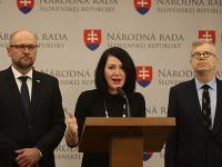 Zľava: Predseda strany SaS Richard Sulík, poslankyňa NR SR za stranu SaS a tímlíderka strany pre zdravotníctvo Janka Cigániková a člen zdravotníckeho tímu SaS Martin Barto
