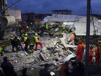 Záchranári stále vyslobodzujú telá z trosiek