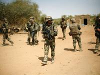 K havárii francúzskych vrtuľníkov v Mali sa prihlásila skupina napojená na Daeš