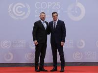 Španielsky premiér Pedro Sánchez (vpravo) a slovenský premiér Peter Pellegrini sa zdravia počas klimatického summitu v Madride