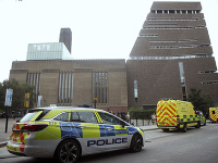 Záchranné zložky pred britským múzeom Tate Modern.