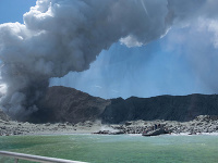 Po erupcii sopky je nezvestných osem ľudí
