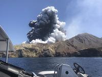 Erupcia sopky White Island na Novom Zélande