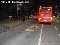Hľadá svedkov dopravnej nehody autobusu s cyklistom.
