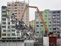 Tretí deň demolácie bytovky na Mukačevskej ulici v Prešove.