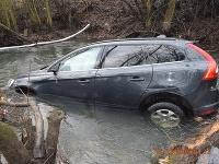 Skončil s autom v potoku v Leviciach