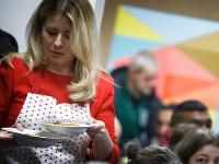 Prezidentka Zuzana Čaputová podáva vianočnú kapustnicu v centre pre ľudí bez domova