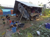 Ľudia kvôli tajfúnu prišli o strechy nad hlavou.