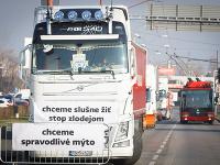 Pohľad na kamióny na Rožňavskej ulici počas dnešného protestu