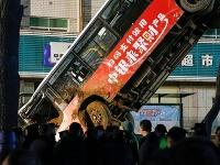 Do diery v ceste prepadol autobus