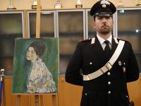 Polícia stráži maľbu s názvom Portrét dámy z dielne maliara Gustava Klimta nájdenú v decembri 2019 v stene galérie v talianskej Piacenze