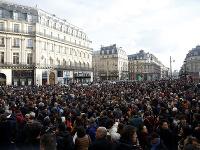 Dav demonštrantov počúva vystúpenie štrajkujúcich hudobníkov parížskej Opery počas protestného zhromaždenia proti Macronovej penzijnej reforme