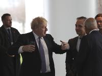 Britský premiér Boris Johnson (vľavo) sa rozpráva s nemeckým ministrom zahraničných vecí Heikom Maasom (uprostred) a generálnym tajomníkom Ligy Arabských štátov (LAŠ) Ahmedom Abúlom Gheitom (druhý sprava) počas summitu o Líbyi