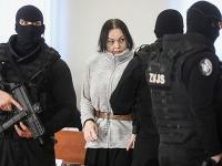 Alena Zsuzsová v sprievode policajtov