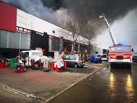 Hasičom sa už podarilo lokalizovať požiar výrobnej haly v Šuranoch