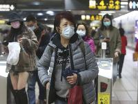 Ľudia nosia masky na stanici metra v Taipei na Taiwane.