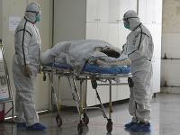 Počet obetí smrtiaceho vírusu stále rastie.