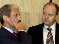 Na snímke vtedajší premiér Mikuláš Dzurinda (vľavo) a minister hospodárstva Pavol Rusko