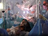 Žena hrala na husliach počas toho, ako jej z mozgu odstraňovali nádor