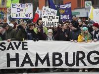Švédska klimatická aktivistka Greta Thunbergová (uprostred) počas klimatického štrajku za ochranu klímy pod heslom Piatky za budúcnosť v Hamburgu