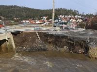 Strhnutý a poškodený dočasný most cez potok Mlynica na ceste medzi Svitom a Lopušnou dolinou