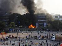 Počas násilných protestov utrpelo zranenia tiež najmenej 50 ľudí