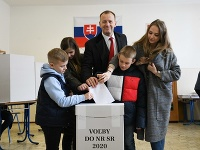 Predseda strany Sme rodina Boris Kollár (uprostred) počas volebného aktu v rámci volieb do Národnej rady SR