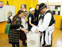 Svoj hlas vo voľbách do Národnej rady Slovenskej republiky odovzdalo 29. februára 2020 v Komárne aj 20 členov folklórneho súboru Slovenskí rebeli