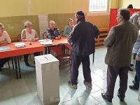 Na snímke voliči a členovia okrskovej volebnej komisie vo volebnej miestnosti vo voľbách do Národnej rady Slovenskej republiky na rómskom sídlisku Dúžavská cesta na okraji Rimavskej Soboty