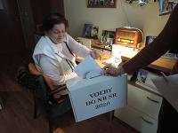 Na snímke klienti zariadenia pre seniorov v obci Jablonové na Záhorí vhadzuje obálku s hlasovacím lístkom do prenosnej volebnej schránky
