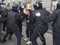 Polícia zatkla 49 ľudí pri proteste proti politickým represiám v Moskve