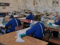 Približne 12.000 ochranných rúšok vyrobili slovenskí väzni