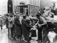 Ľudia čakajú na prídel základných zásob potravín