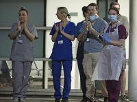 Ľudia v Británii potleskom ďakovali zdravotníkom