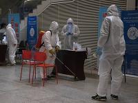 Pracovník v ochrannom odeve dezinfikuje miesto na vlakovej stanici v čínskom meste Wu-chan
