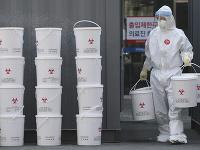 Zamestnanec s novými plastovými vedrami s medicínskym odpadom v nemocnici Dongsan v juhokórejskom meste Tegu