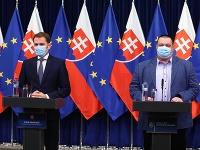 Premiér Igor Matovič s hlavným hygienikom po prerušení zasadnutia krízového štábu