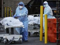 Zdravotníci v New Yorku v čase pandémie.