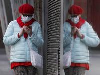 Ľudia v uliciach britských miest sa už chránia rúškami.