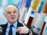Vyslanec WHO David Nabarro hovorí, že na vakcínu si ešte počkáme.