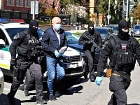 Kajetán Kičura v sprievode polície.