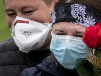 Ľudia v rúškach na Ukrajine