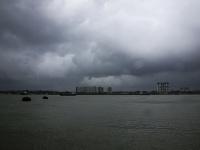 Kalkatu, hlavné mesto indického štátu Západné Bengálsko, zasiahol v popoludňajších hodinách vietor dosahujúci rýchlosť 185 kilometrov za hodinu.