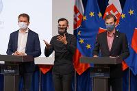 Igor Matovič (vľavo) a člen permanentného krízového štábu zodpovedný za oblasť IT Ján Bučkuliak (vpravo) počas tlačovej konferencie