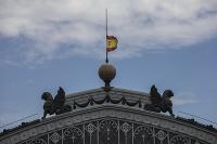 Španielska vlajka je spustená na pol žrde na pamiatku obetí ochorenia COVID-19