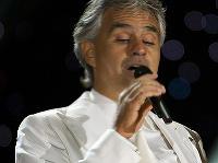 Andrea Bocelli bol pozitívny na koronavírus.