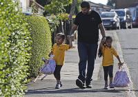 Otec privádza svoje dcéry dvojičky do družiny v Londýne